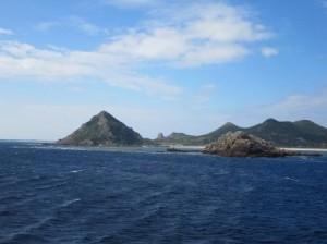 フェリーから見た伊是名島。 ピラミッドが伊是名城址